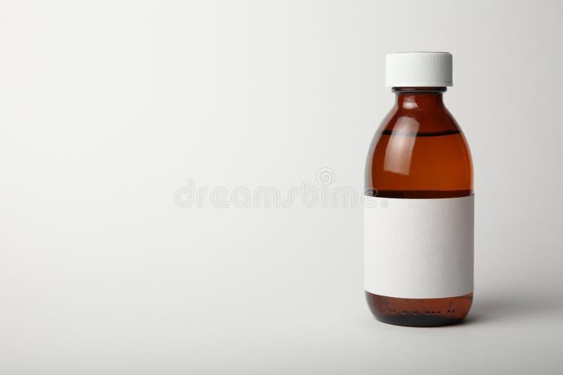 Het medische model van de glasfles Leeg malplaatje dat op witte achtergrond wordt geïsoleerd Exemplaarruimte voor tekst stock afbeeldingen