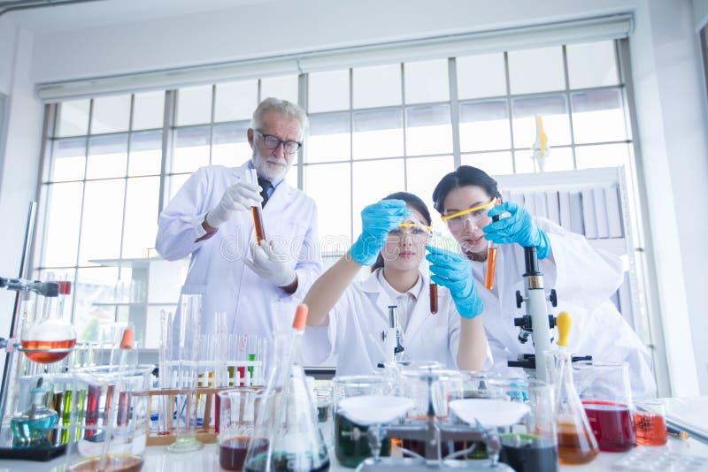Het medische Onderzoek en de Wetenschappers werken met een microscoop en een tablet en Reageerbuizen, Micropipette en Analyseresu stock foto's