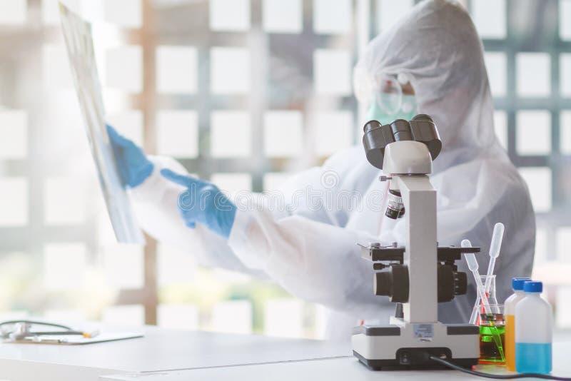 Het medische team droeg een beschermende pak van het coronavirus en rubberhandschoenen om het coronavirus covid-19 te onderzoeken