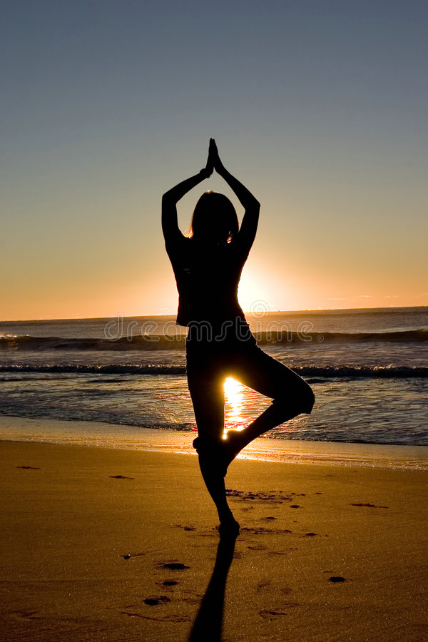 Het mediteren bij zonsopgang royalty-vrije stock foto