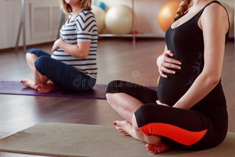 Het mediteren op moederschap Close-up die van zwangere vrouw w mediteren royalty-vrije stock afbeeldingen