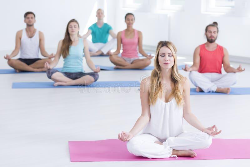 Het mediteren tijdens yogaklassen royalty-vrije stock foto's
