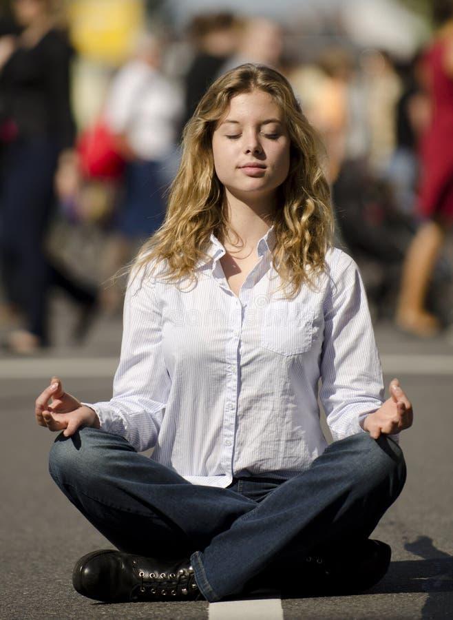 Het mediteren van de vrouw in bezige stedelijke straat royalty-vrije stock afbeeldingen