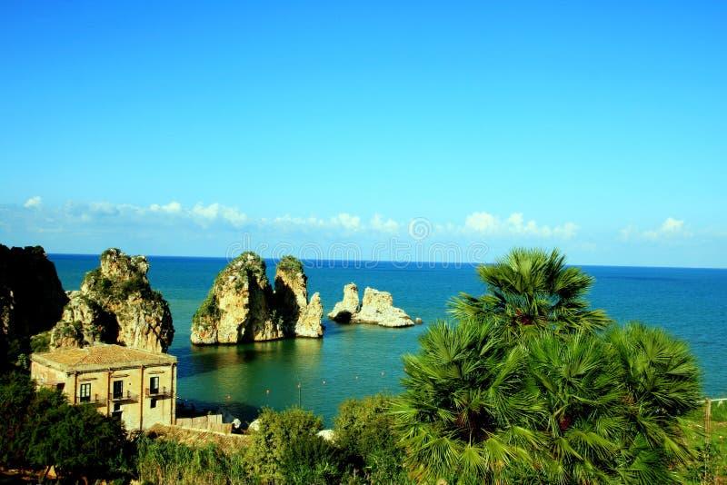 Het mediterrane zeegezicht van de de zomerkust. Italië stock foto