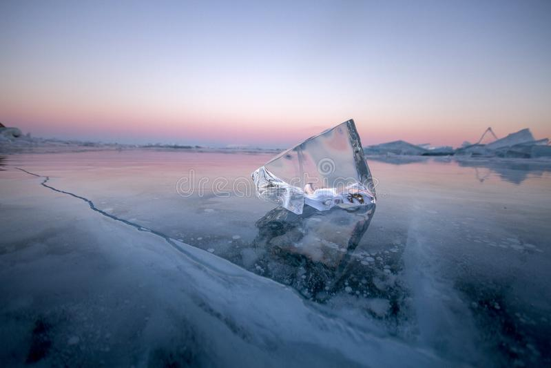 Het meer Baikal is behandeld met ijs en sneeuw, sterke koude, dikke cle royalty-vrije stock fotografie