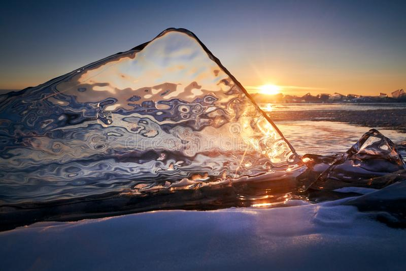 Het meer Baikal bij zonsondergang, alles is behandeld met ijs en sneeuw, stock fotografie