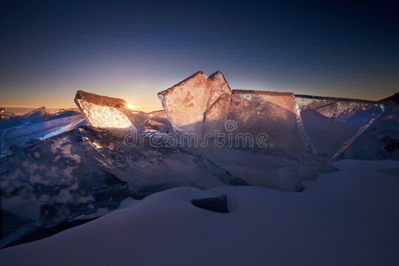 Het meer Baikal bij zonsondergang, alles is behandeld met ijs en sneeuw, stock afbeeldingen