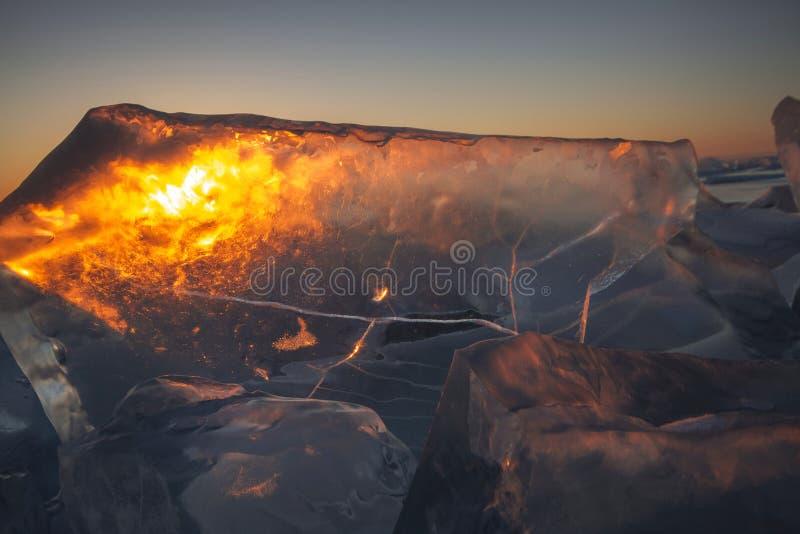 Het meer Baikal bij zonsondergang, alles is behandeld met ijs en sneeuw, stock foto