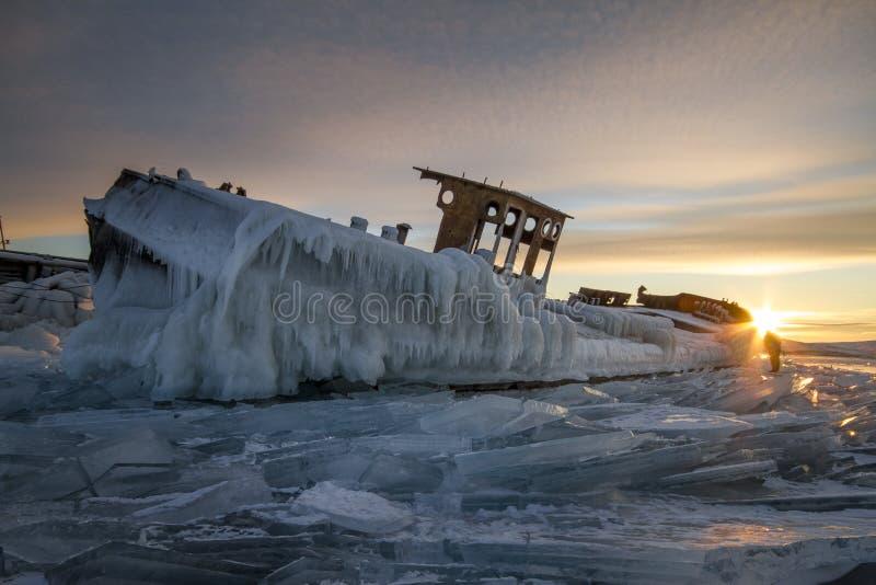 Het meer Baikal bij zonsondergang, alles is behandeld met ijs en sneeuw, stock foto's