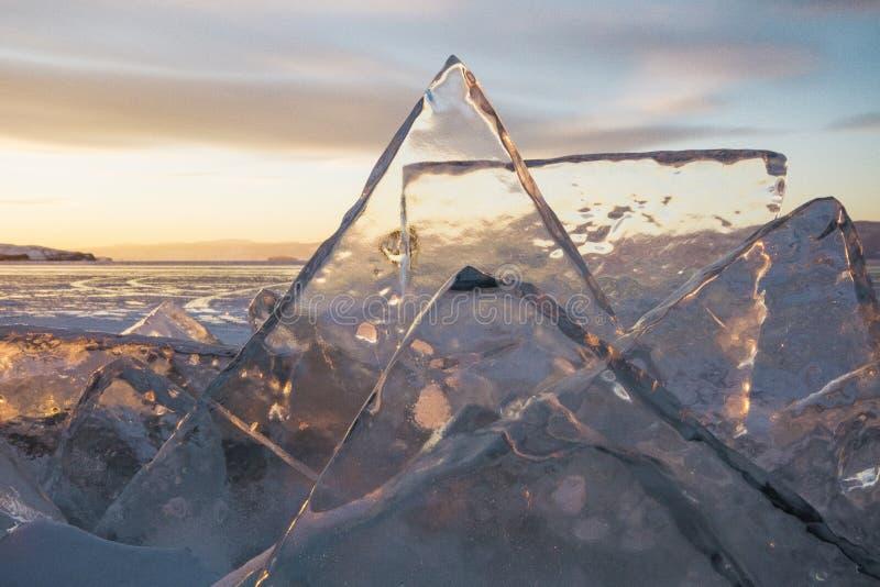 Het meer Baikal bij zonsondergang, alles is behandeld met ijs en sneeuw, royalty-vrije stock fotografie