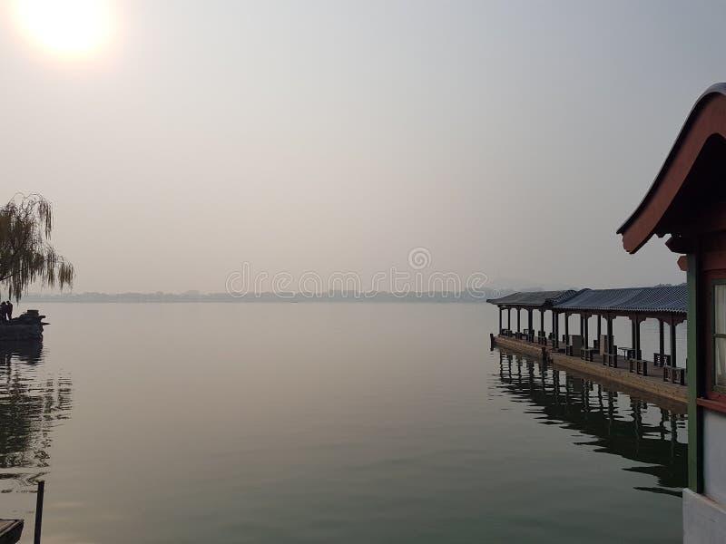 Het meer bij het de zomerpaleis van Peking royalty-vrije stock afbeeldingen