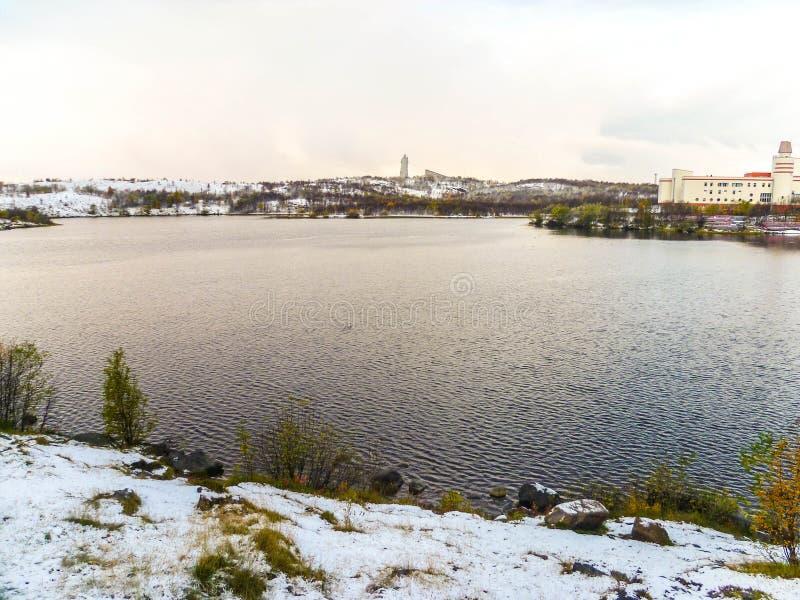 Het meer in de stad beperkt zich tot een herfsttroebele dag Sneeuw viel, het werd kouder buiten stock foto's