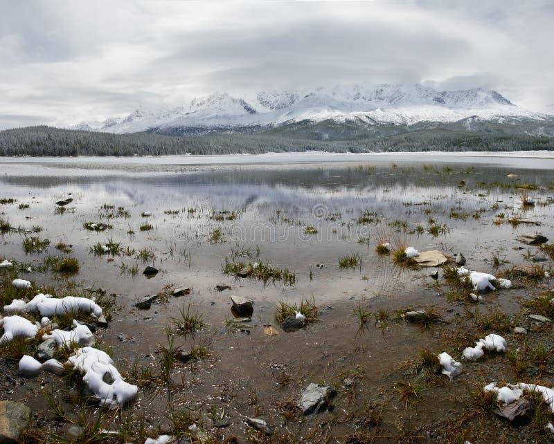 Het meer en de bergen van de winter. stock afbeelding