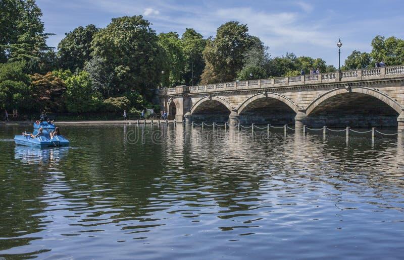 Het meer in Hyde Park - de brug en sommige pedaloboten royalty-vrije stock foto's