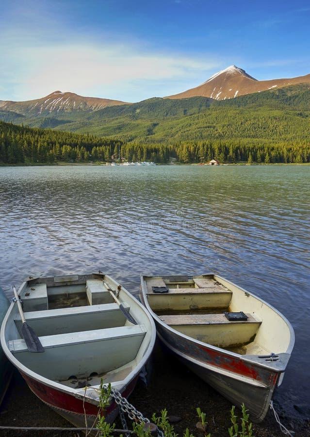 Het Meer Jasper National Park Alberta Canada van Maligne van kanoboten royalty-vrije stock afbeeldingen