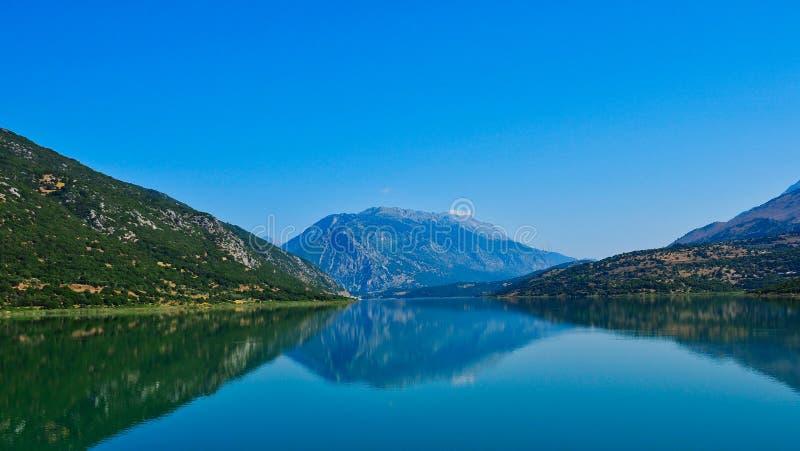 Het Meer Mornos, Griekenland van bergreflectionsin stock foto's