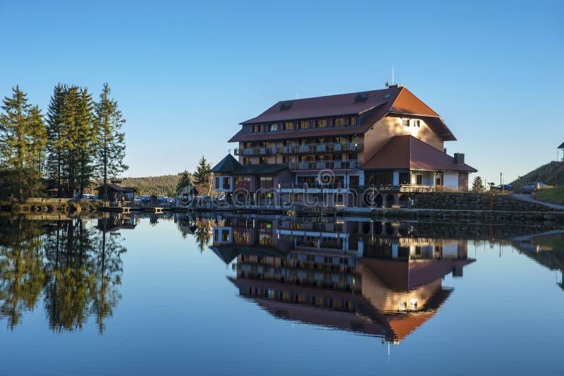 Het meer Mummelsee en het berghotel in Seebach stock foto's