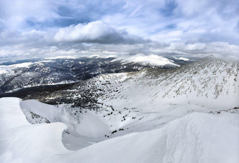 Het meer onder de sneeuw stock afbeeldingen