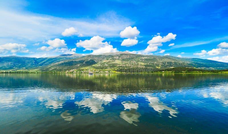 Het meer Pamvotida van Ioannina in Epirus-Gebied, Griekenland Artistieke panor royalty-vrije stock fotografie