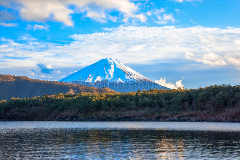 Het meer Saiko, zet Fuji en heldere wolken op stock afbeelding
