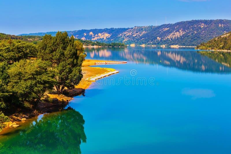 Het meer sainte-Croix-du-Verdon wijst op beboste kust royalty-vrije stock afbeeldingen