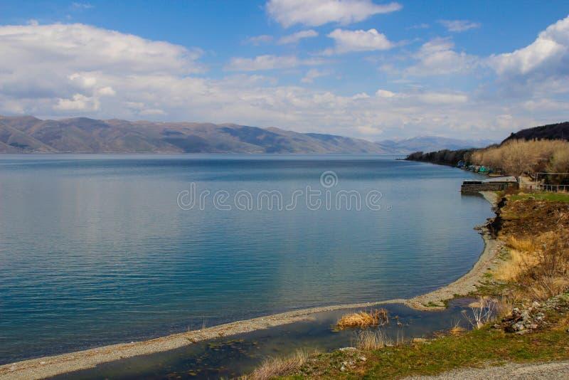 Het meer Sevan is de grootste watermassa in Armenië en in het gebied van de Kaukasus Blauwe uitgestrektheden van water, bergen en royalty-vrije stock afbeelding