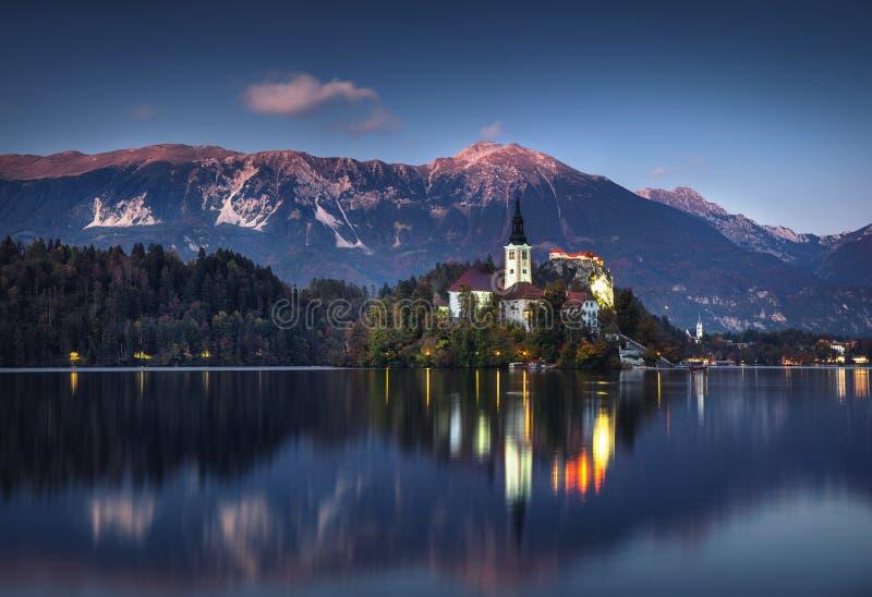 Het meer tapte met St Marys Kerk van de Veronderstelling op het kleine eiland af; Afgetapt, Slovenië, Europa royalty-vrije stock foto's