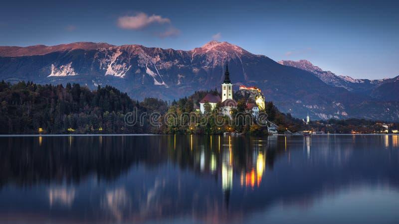Het meer tapte met St Marys Kerk van de Veronderstelling op kleine I af stock foto's