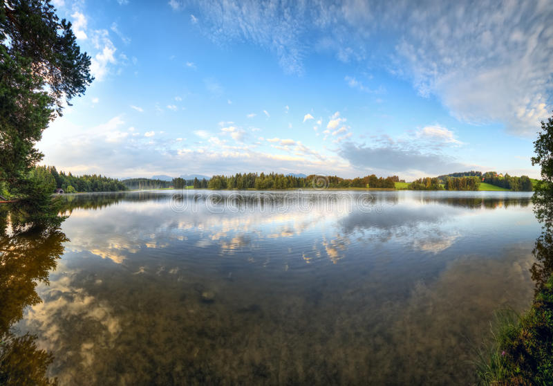 Het meer van alpen bij de ochtend royalty-vrije stock afbeeldingen
