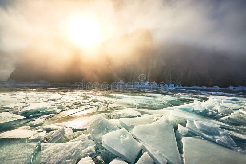 Het meer van Baikal in de winter stock afbeeldingen