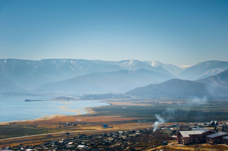 Het meer van Baikal, die de stad van Kultuk, Rusland overzien stock foto's