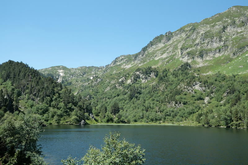 Het meer van Balbonne in de Pyreneeën stock afbeelding