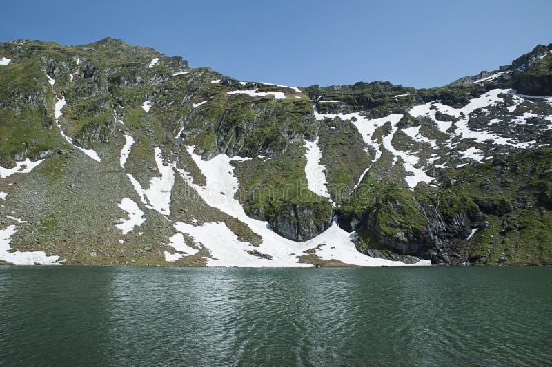 Het meer van de Baleagletsjer naast Transfagarasan-Road in Fagaras-Bergen, Roemenië stock afbeelding