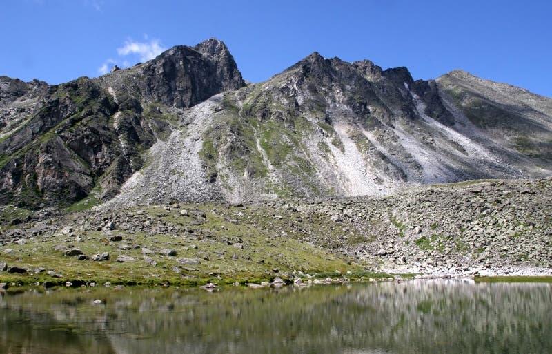 Download Het meer van de berg stock foto. Afbeelding bestaande uit wolken - 10775512