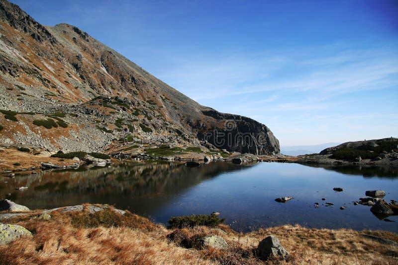 Het meer van de berg in autamn stock foto