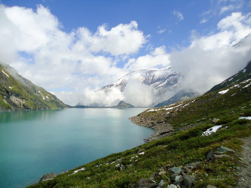 Het meer van de berg in de alpen royalty-vrije stock afbeelding