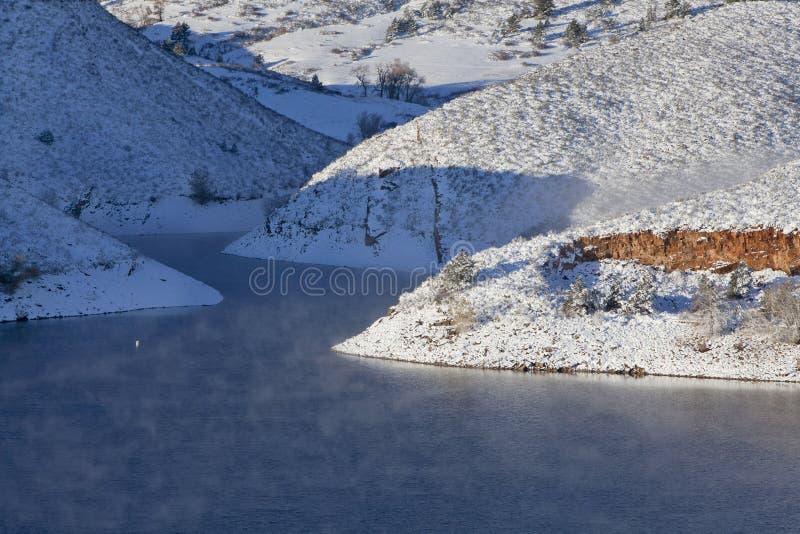 Het meer van de berg in de winter royalty-vrije stock fotografie