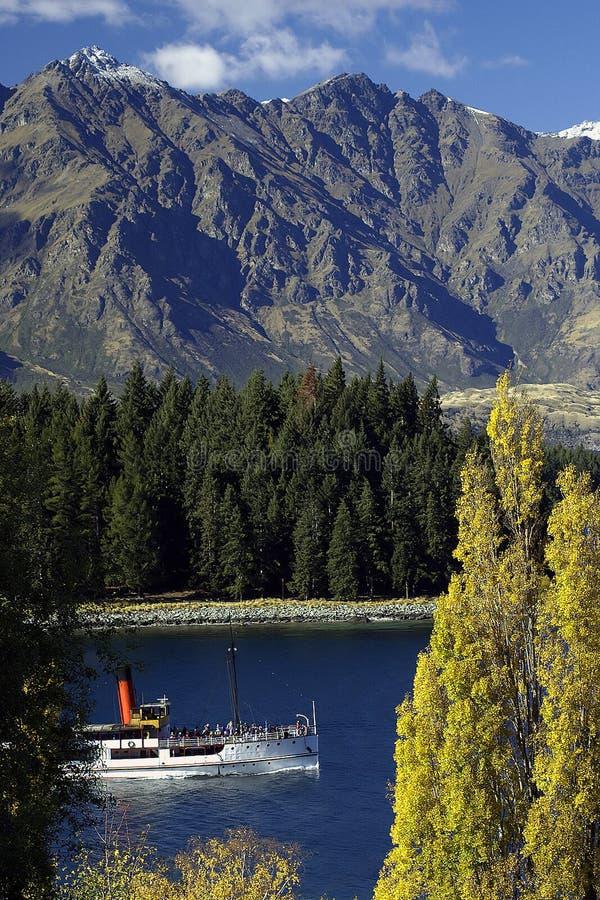 Het Meer van de berg met Stoomboot royalty-vrije stock fotografie