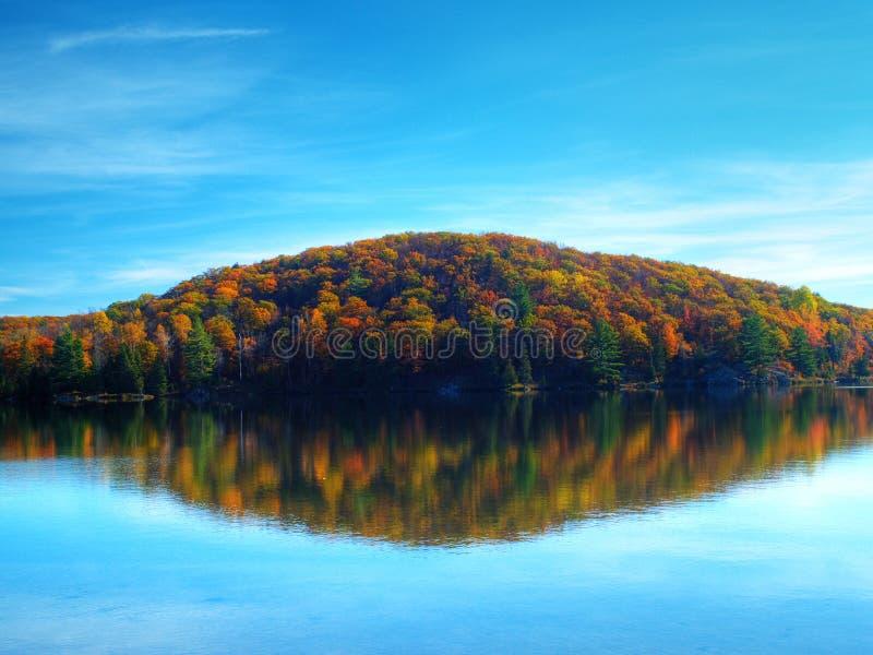 Het meer van de herfst royalty-vrije stock afbeeldingen