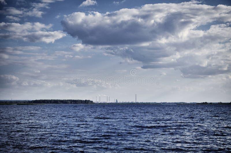 Het meer van de kernenergieinstallatie royalty-vrije stock fotografie