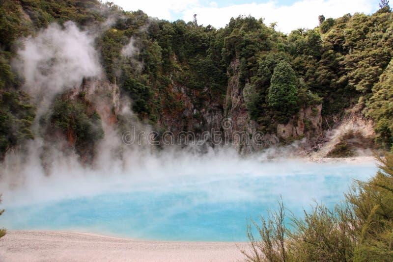 Het Meer van de Krater van de vuurhaard royalty-vrije stock afbeeldingen