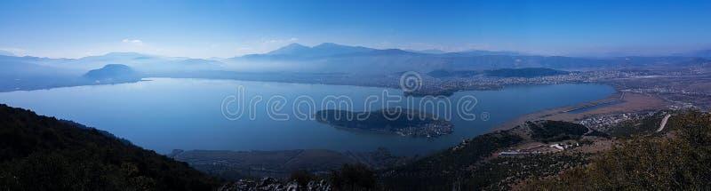 Het meer van het de stadspanorama van Ioannina in de herfstochtend Epirus Griekenland royalty-vrije stock afbeelding