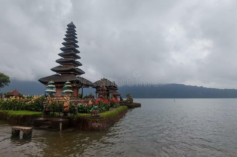 Het Meer van de tempelberatan van Ulundanu in Bali Indonesi? een berg in mist dichtbij het water royalty-vrije stock afbeelding