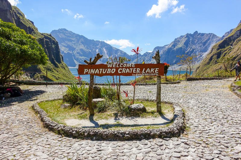Het meer van de topkrater van Onderstel Pinatubo royalty-vrije stock foto