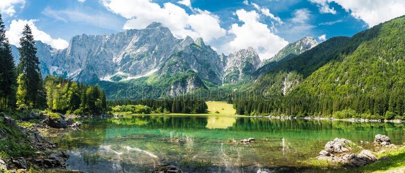Het meer van de de zomerberg stock foto