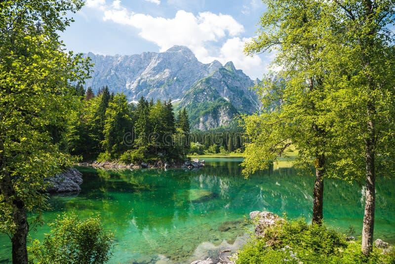 Het meer van de de zomerberg royalty-vrije stock fotografie