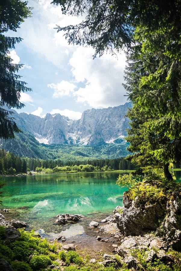 Het meer van de de zomerberg stock afbeeldingen