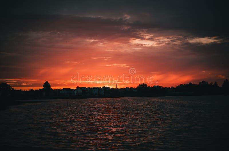 Het meer van de zonsondergangavond stock fotografie
