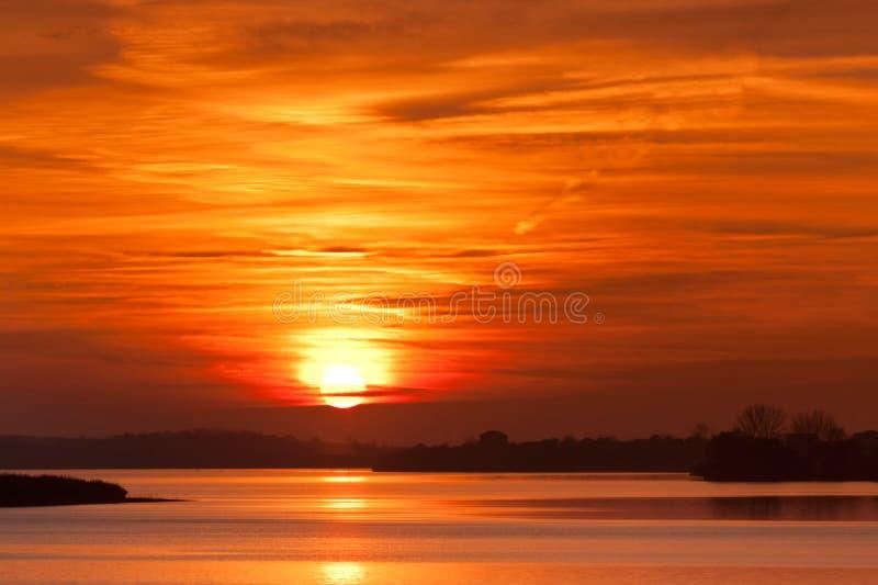 Het meer van de zonsopgang royalty-vrije stock fotografie