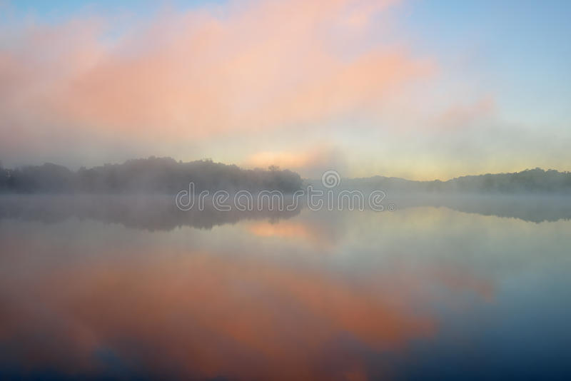 Dawn, Meer Whitford in Mist stock foto